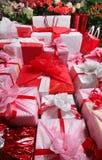 Roses et cadeaux Photographie stock libre de droits
