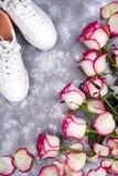 Roses et chaussures à la mode Image stock