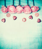 Roses et chocolat avec le texte avec amour pour vous sur le fond bleu de turquoise, rétro carte dénommée de jour de valentines, v Photographie stock libre de droits