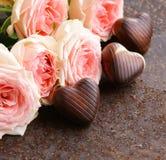 Roses et chocolat pour le jour de valentines Image stock
