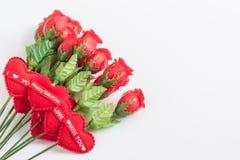 Roses et coeur rouge sur le fond blanc Photo stock