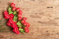 Roses et coeur rouge sur le vieux conseil en bois Photos libres de droits