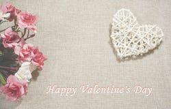 Roses et coeur sur le fond de jute avec le ` heureux s DA de Valentine Image stock