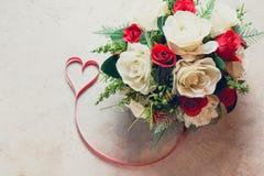 Roses et coeurs à bord, fond de jour de valentines, épousant Image libre de droits