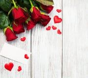 Roses et coeurs rouges Photographie stock libre de droits