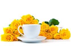 Roses et cuvette de café blanc Image stock