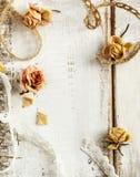 Roses et dentelles sèches sur le fond en bois Photo libre de droits