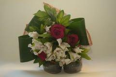 Roses et fleurs sur les chaussures vertes Images stock