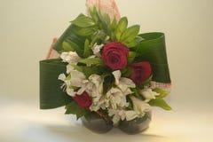 Roses et fleurs sur les chaussures vertes Photographie stock libre de droits