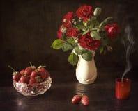 Roses et fraises Images stock