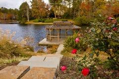Roses et Gazebo de bord de lac Image stock
