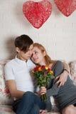 Roses et jeunes couples Photographie stock