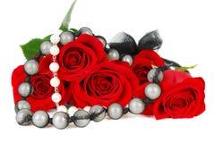 Roses et jewelery. photos stock