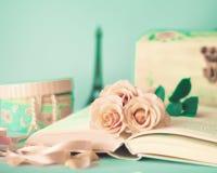 Roses et livre de vintage Images libres de droits