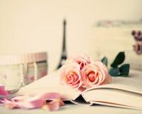 Roses et livre de vintage Photo libre de droits