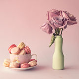 Roses et macarons de vintage Photo stock