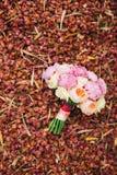 Roses et pivoines de mariage sur les pétales rouges secs Épouser dans Monteneg Images libres de droits
