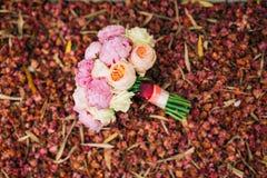 Roses et pivoines de mariage sur les pétales rouges secs Épouser dans Monteneg Photo libre de droits