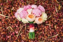Roses et pivoines de mariage sur les pétales rouges secs Épouser dans Monteneg Photo stock