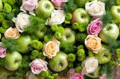 Roses et pommes vertes Images stock