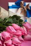 Roses et présent Photo stock