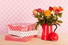 Roses et présents colorés de bouquet Images stock
