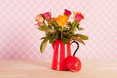Roses et présents colorés de bouquet Photo stock