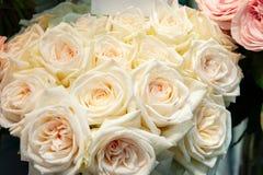 Roses exotiques des variétés modernes roses d'élite dans le bouquet comme cadeau Fond Foyer sélectif photographie stock