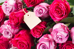 Roses foncées et rose-clair sur la table Photo stock