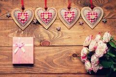 Roses, formes de coeur et boîte-cadeau Photos stock