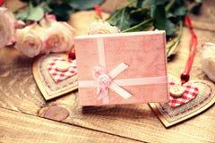 Roses, formes de coeur et boîte-cadeau Photo libre de droits