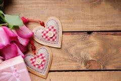 Roses, formes de coeur et boîte-cadeau Photo stock