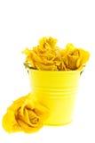 Roses jaunes sèches dans une position Photos stock