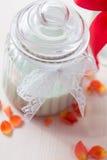 Roses oranges dans le vase Image libre de droits