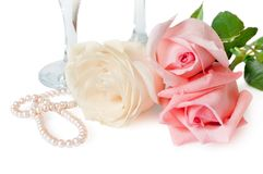 The roses, pearls and glases Royalty Free Stock Photography