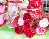 Roses pour les amants ou le Valentine& x27 ; jour de s Photos stock