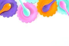 Roses, pourpre, bleu vert, les plats de couleur ont placé sur le blanc Image libre de droits