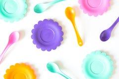 Roses, pourpre, bleu vert, les plats de couleur ont placé sur le blanc Photographie stock libre de droits