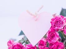 Roses roses avec la carte de coeur Photographie stock