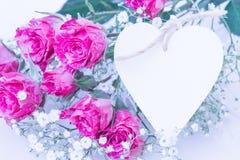 Roses roses avec la carte de coeur Photo libre de droits