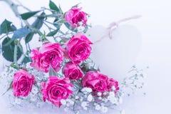 Roses roses avec la carte de coeur Image stock