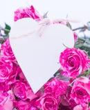 Roses roses avec la carte de coeur Images libres de droits