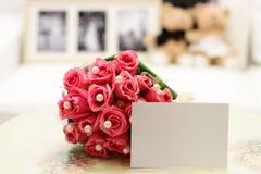 Roses roses avec la note blanc Image stock