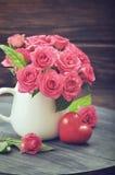 Roses roses avec le coeur en pierre Image libre de droits