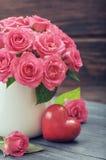 Roses roses avec le coeur en pierre Photographie stock libre de droits