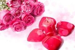 Roses roses, bougie et coeurs rouges Images libres de droits