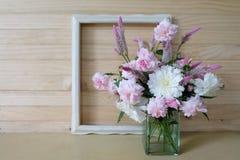 Roses roses, crête, fleur blanche dans un vase et cadre de vintage Photos libres de droits