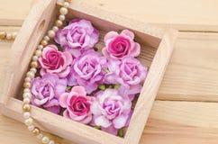 Roses roses dans la boîte en bois Images stock