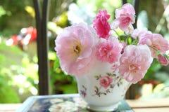 Roses roses dans la tasse de café Photographie stock
