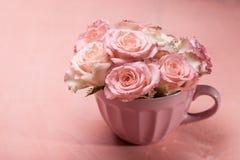 Roses roses dans le pot Image stock